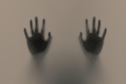 כפות ידיים פרושות על זכוכית